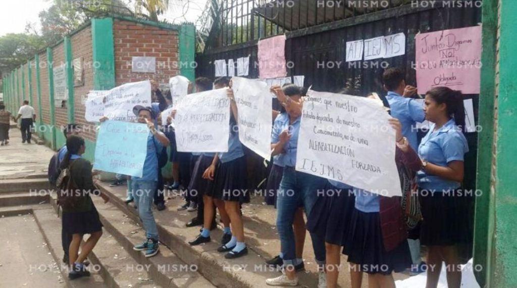 """Estudiantes del """"España-Jesús Milla Selva"""" protestan contra la alfabetización"""