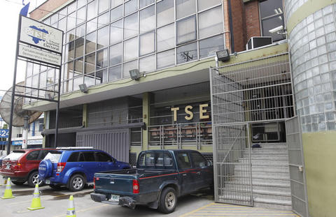 Nuevos partidos políticos presentan documentación al TSE