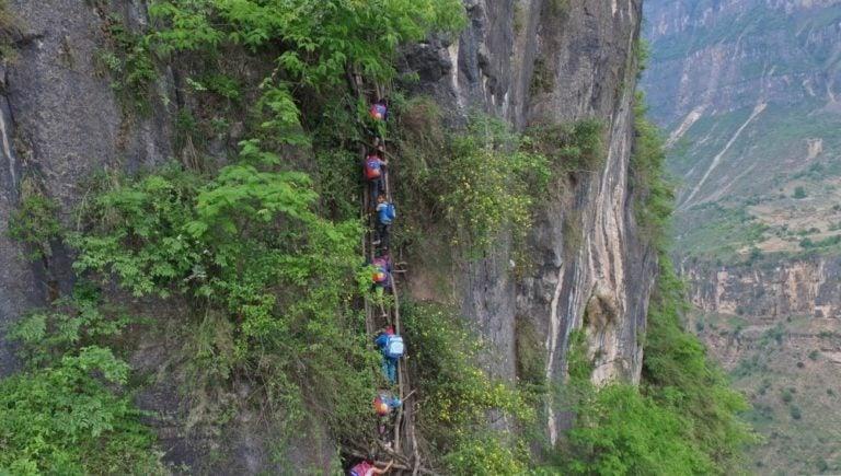 Niños deben escalar una roca de 800 metros para ir a la escuela