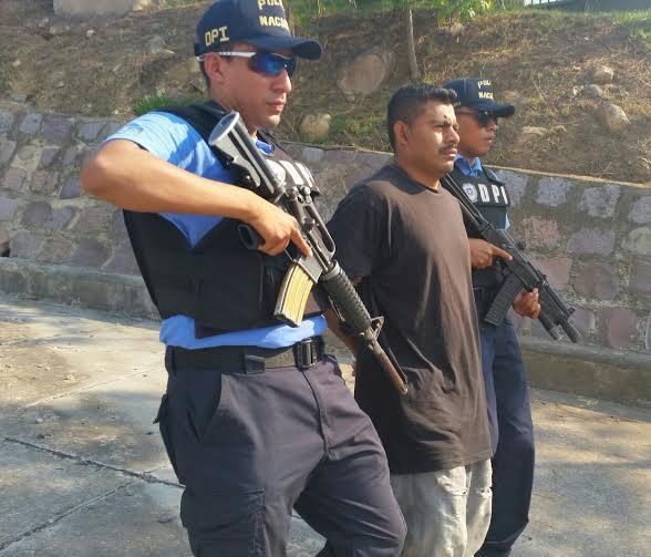 Capturan a tres supuestos mareros «infraganti» con auto robado en Comayagüela