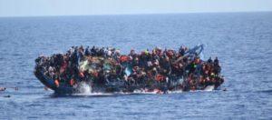 La Marina Italiana publica el dramático vídeo del vuelco de la barcaza en la que murieron 7 inmigrantes.
