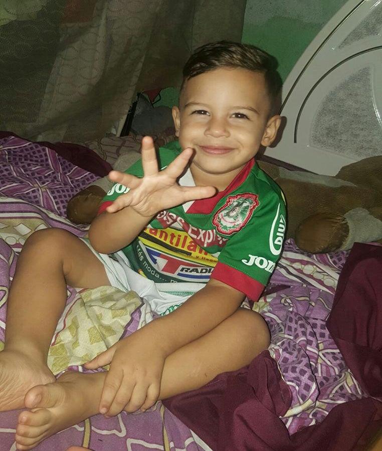 VÍDEO: Niño llora porque su mamá no le pone el uniforme del Marathón