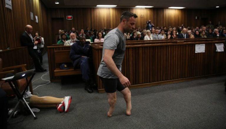 Oscar Pistorius camina sobre sus muñones ante la jueza para mostrar su vulnerabilidad