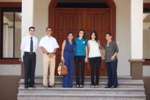 Monique Kafie y autoridades de Mairin posan antes de iniciar un recorrido por la nueva escuela de esa institución.