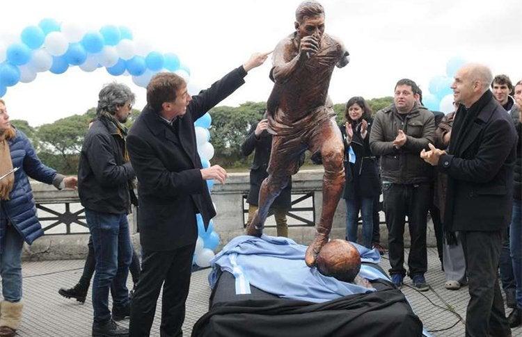 Gobierno de Argentina inauguró estatua en homenaje a Messi para que siga en la selección
