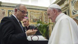 El Papa pide a médicos evitar soluciones rápidas con los enfermos.Francisco recibe un regalo de manos del presidente de la Organización Médica Colegial (OMC) de España, Juan José Rodríguez Sendín.