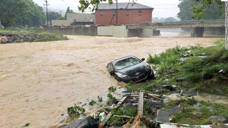 Árboles y líneas eléctricas cayeron luego de que las fuertes lluvias hicieron crecer los ríos