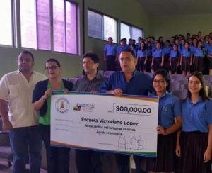 Armando Calidonio entrega importante donación a la Victoriano López de San Pedro Sula.