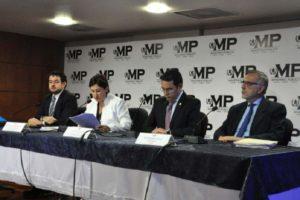 Banqueros y empresarios, arrasados por el 'tsunami' de la corrupción en Guatemala. Aquí la comisión presentando el informe.