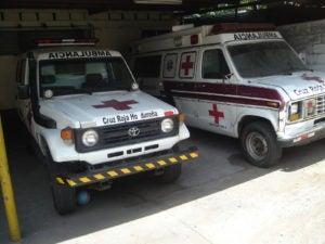 Dos de las cuatro ambulancias con que cuenta la Cruz Roja para atender a casi un millón de sampedranos.