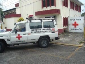 Una ambulancia sale de la sede de la Cruz Roja luego de que un sampedrano solicitó ayuda.
