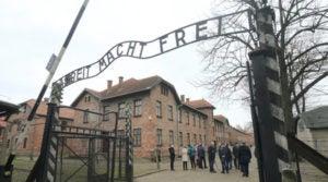 """Fotografía tomada a la tristemente famosa entrada al antiguo campo de concentración nazi de Auschwitz, en Polonia. El museo del campo pidió el 14/07/2016 a los responsables del juego """"Pokémon Go"""" que eliminen del juego la zona del antiguo recinto."""