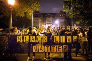 Manifestantes fotografiados durante una protesta el 06/07/2016 por la violencia policial contra los afroamericanos en Dallas. Cinco policías murieron en el tiroteo ,