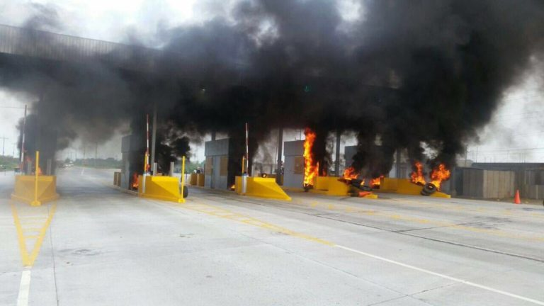 Manifestantes queman casestas de peaje de COVI en El Progreso