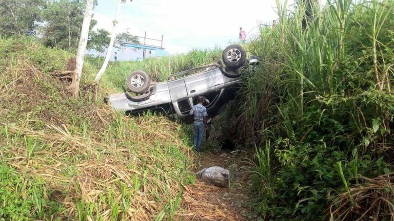 Atlántida: Vicealcalde se salva de milagro al caer en hondonada