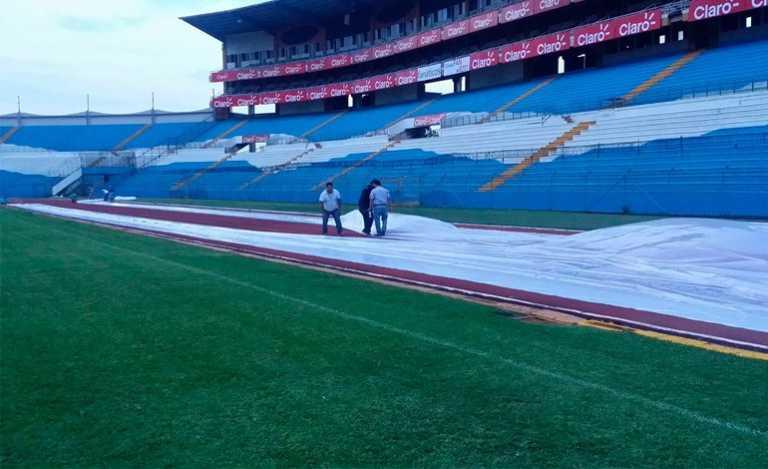 ¡Protegido de la lluvia la cancha del estadio Olímpico!