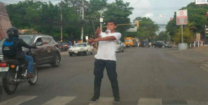 Malabaristas de la calle cambian cuchillos y fuego por pelotas