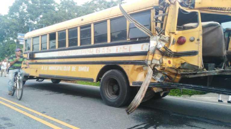 Rastra y Bus lleno de estudiantes impactan cerca de Masca: 1 muerto