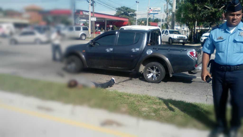 El cuerpo del hombre quedó cerca del vehículo.