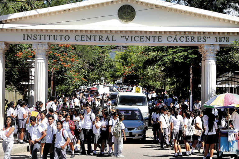 Destituyen a dos maestros del Central por agredir a alumnos