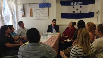 Pablo Ordóñez, cónsul de Honduras en Los Ángeles, coordinó junto a miembros de la Asocación de Hondureños del Norte de California (Ahnca) la realización del consulado móvil en Oakland, realizado en julio.(Cortesía).