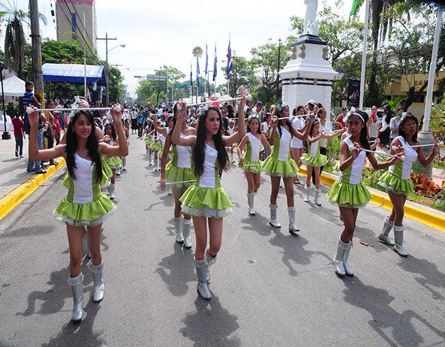Color y civismo: Cientos de escuelas desfilan en Honduras