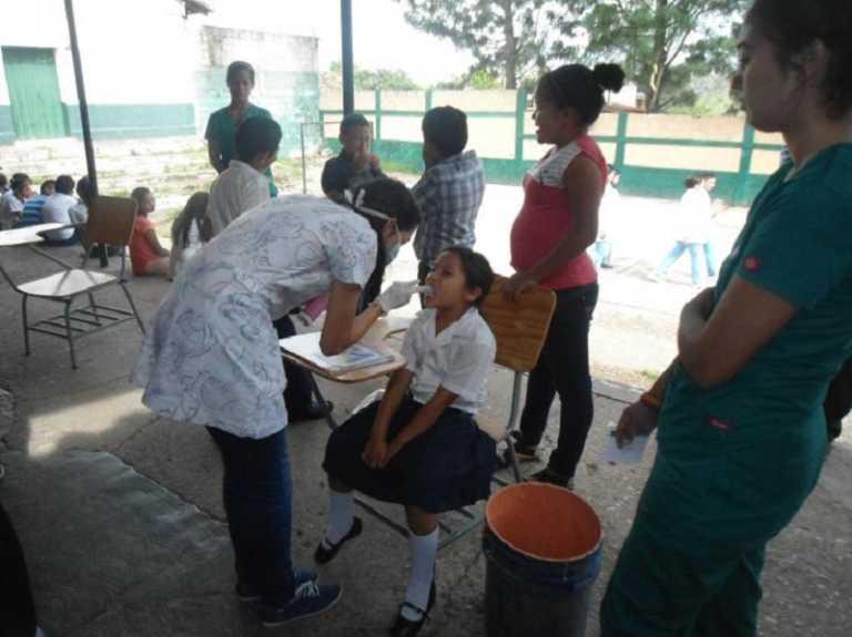 Estudiantes de enfermería llevan brigada a escuela de «El Tablón»