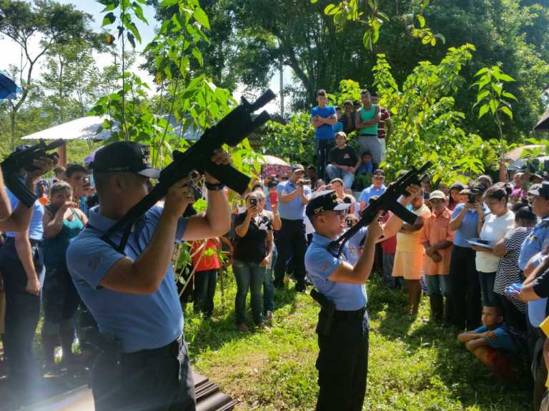 Con honores dan último adiós a 2 policias caídos en tiroteo
