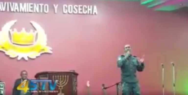 Policía penitenciario es captado cantando alabanzas