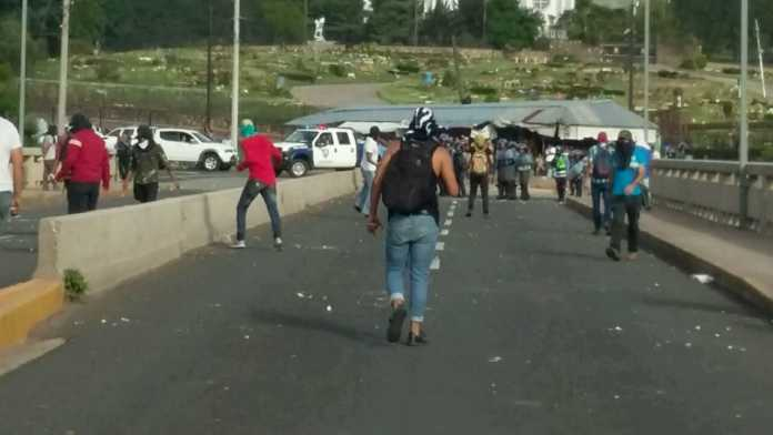 Policía y estudiantes protagonizan