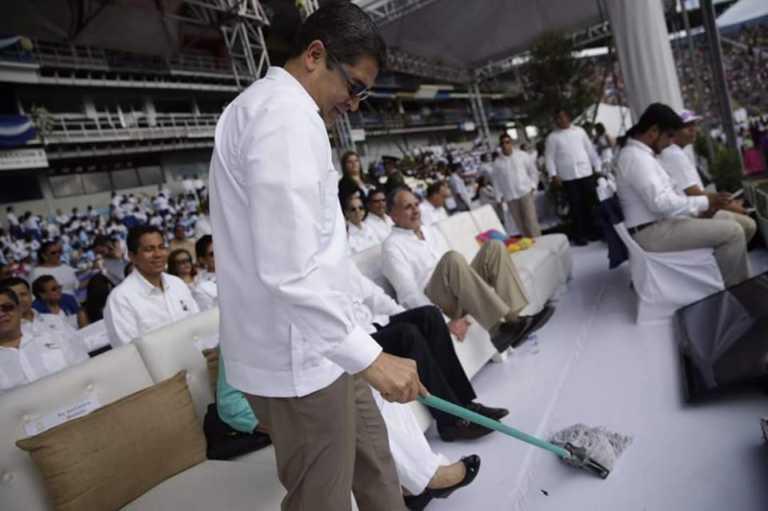 Captan a JOH limpiando con un trapeador en el Nacional
