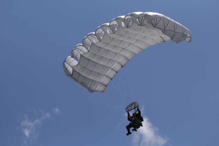 Susto en Estadio Nacional por incidente de paracaidista