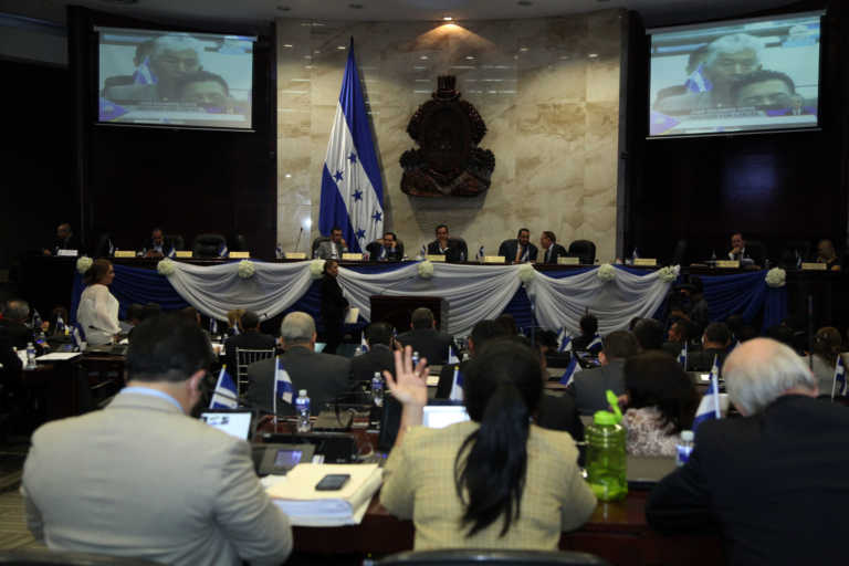 Diputados aprueban matricula consular para hondureños en el extranjero