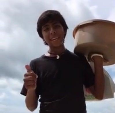 Adolescente de Acapulco vende empanadas como si fuera un inversionista