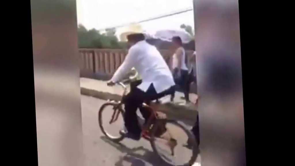 Manuel Zelaya en la bicicleta en el peaje.