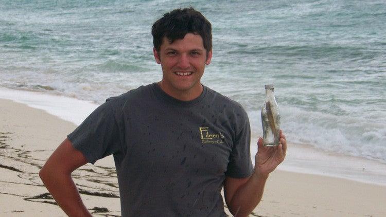 Lanzan mensaje en una botella al océano y después le llega a su hija