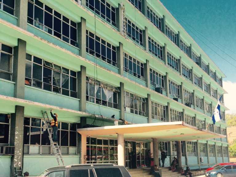 Limpian y pintan fachada del Materno Infantil del HEU