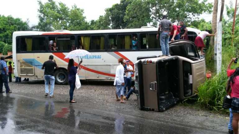 Bus lleno de gente destroza pick up en accidente en La Ceiba