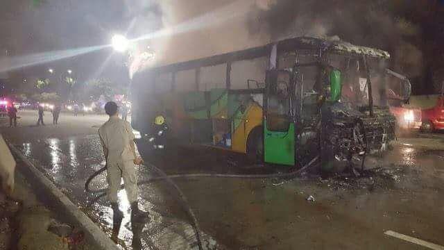 Incendian bus de Transportes Costeños al salir de la Terminal