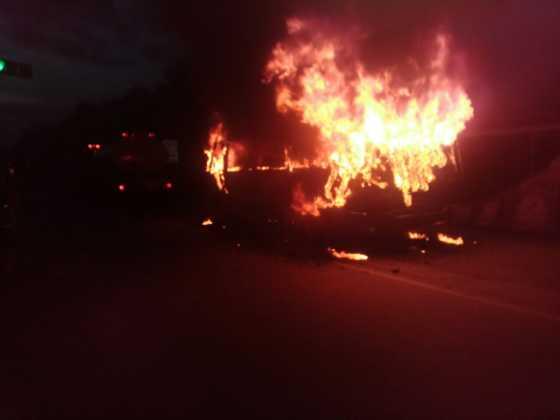 Momento en que se incendiaba unidad de transporte.