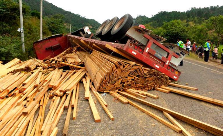 Rastra cargada de madera se da vuelta en carretera Panamericana