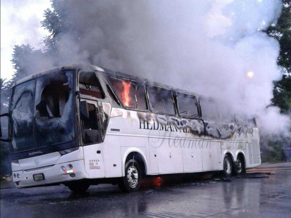 Bus quemado en La Ceiba.