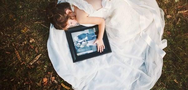 Niña recrea boda
