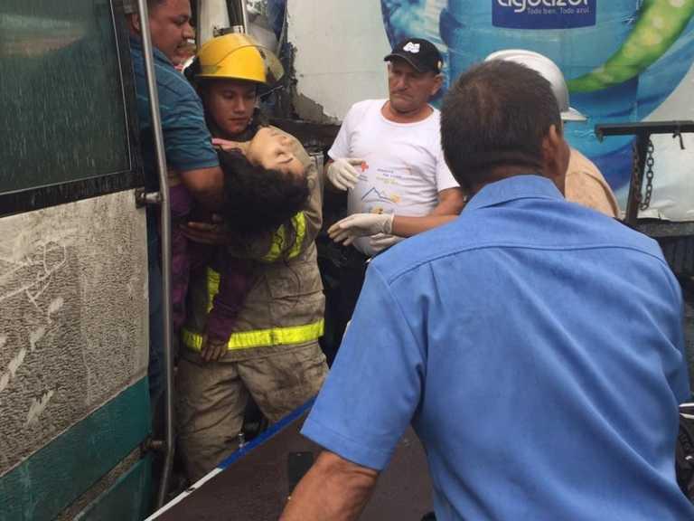 Rescatan jovencita atrapada en choque de bus contra camión en Choloma