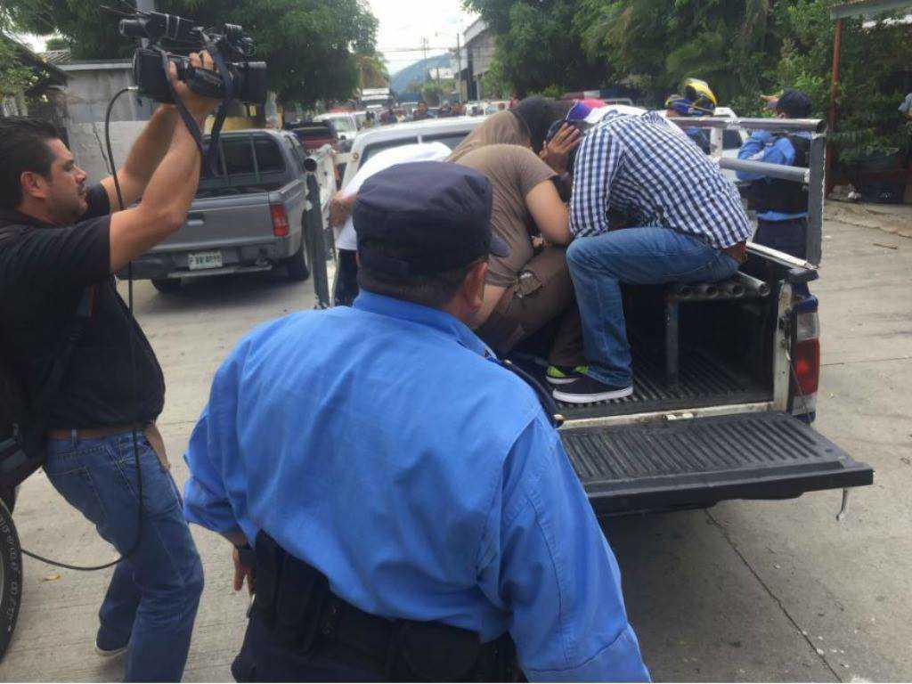 Los sujetos que fueron detenidos en las afueras de la clínica.