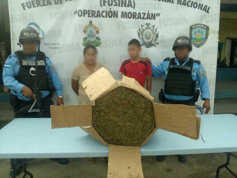 Madre e hijo detenidos con más de 100 libras de supuesta marihuana
