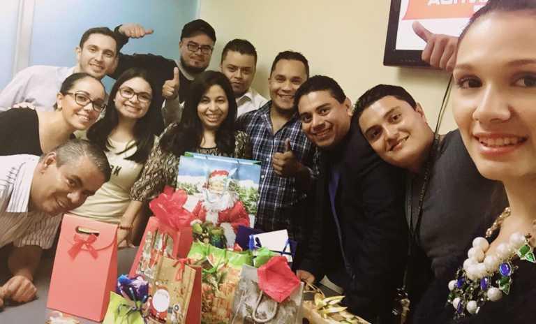 La familia de Tiempo Digital celebró la navidad entre abrazos y regalos