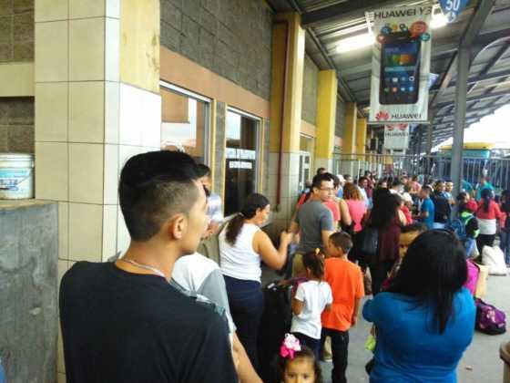 También, familias enteras viajando al interior de Honduras.