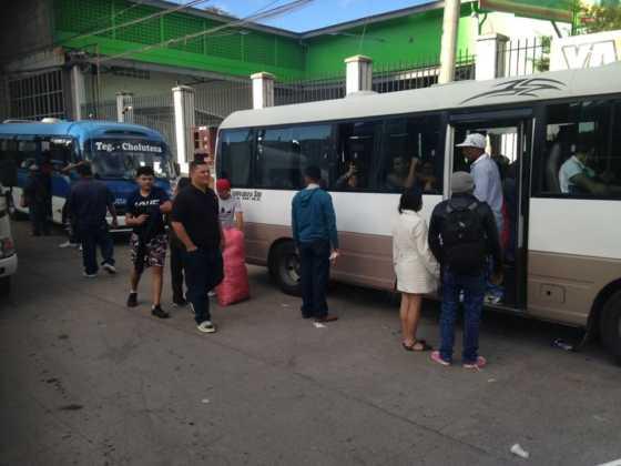 Asimismo, los capitalinos abordaron los buses desde temprano.