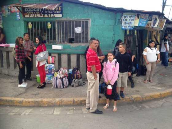 Finalmente, en espera de otro bus que los lleve a su destino.